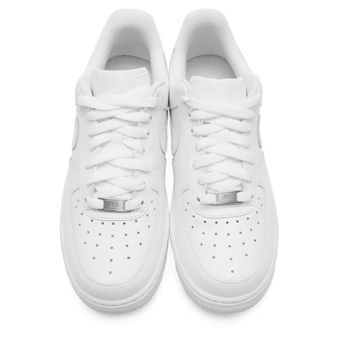 白色 Air Force 1 '07 运动鞋展示图