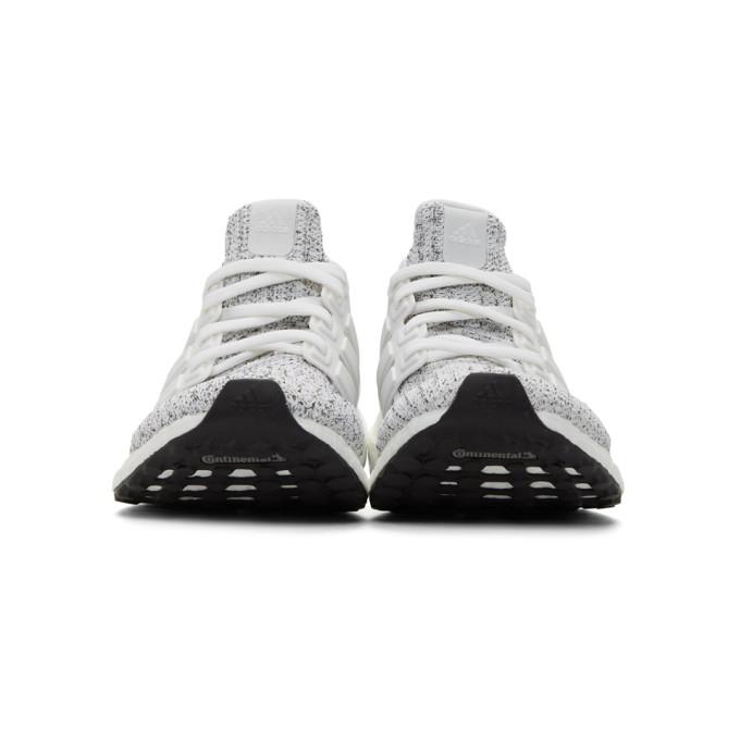 白色 & 灰色 UltraBOOST 运动鞋展示图