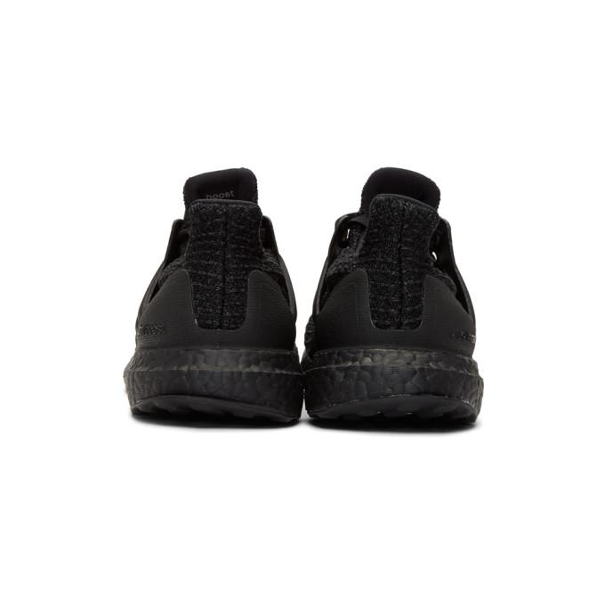黑色 UltraBOOST 运动鞋展示图