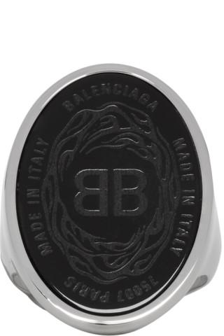 design intemporel f11f6 b3cd9 Balenciaga - Bague noire et argentée Oval Chevaliere