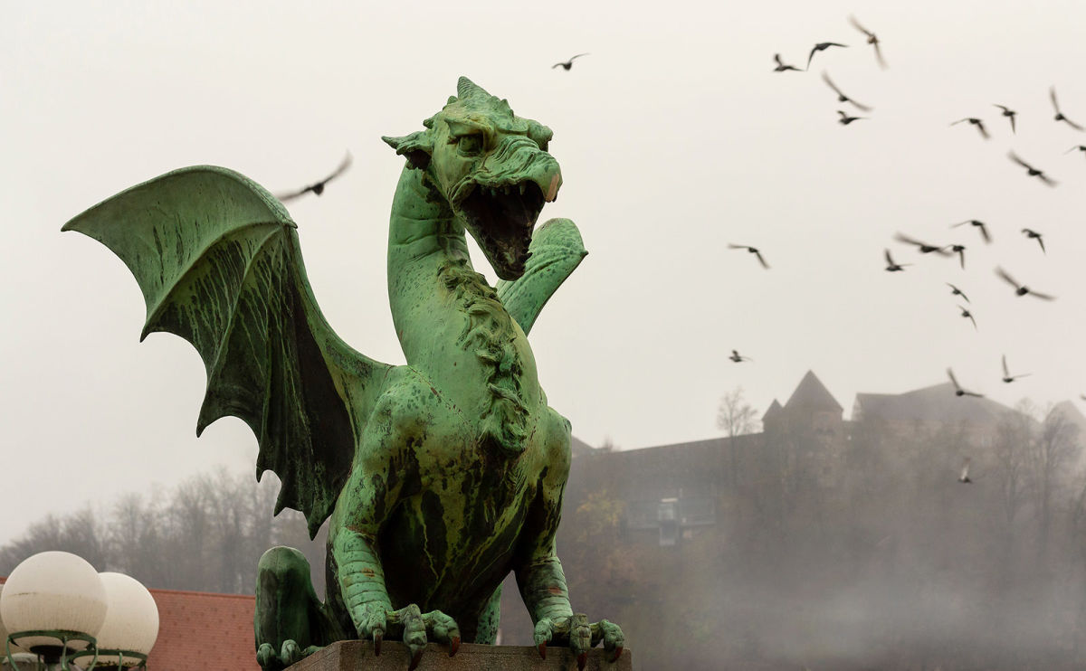 Dragon Bridge, Mexican Gothic, Vintage Train Travel, Bookshop Kittens & More: Endnotes 03 July