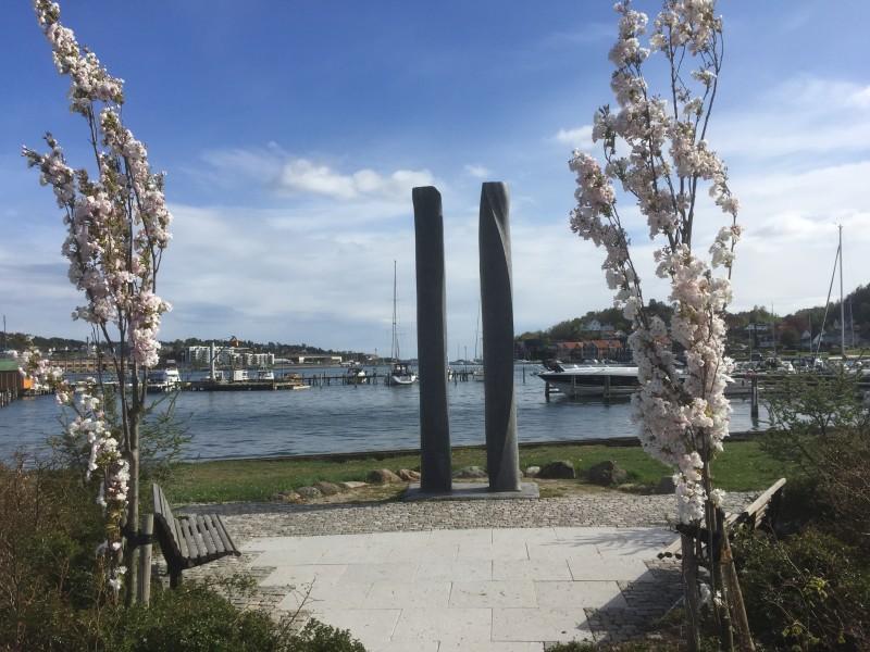 """Skulpturen """"Møtet"""", plassert på Hjertnesstranda, illustrerer møtet mellom sjø og land på en fin måte."""