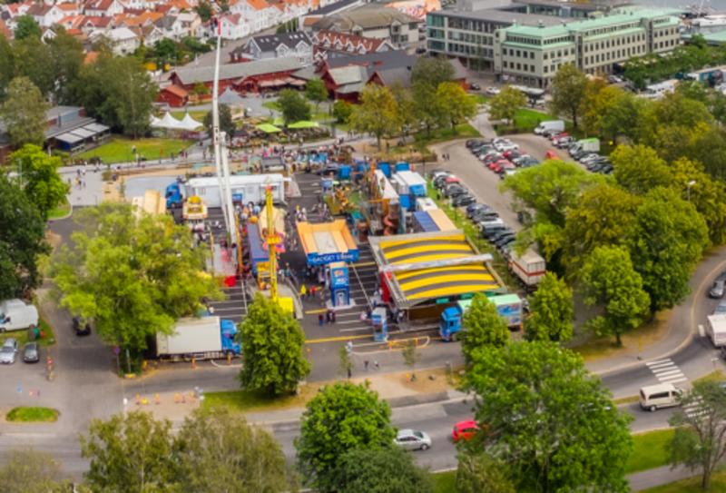 Størstedelen av tivolitomta brukes i dag som parkeringsplass, men av og til også til et omreisende tivoli. Foto: Eirik Agledal