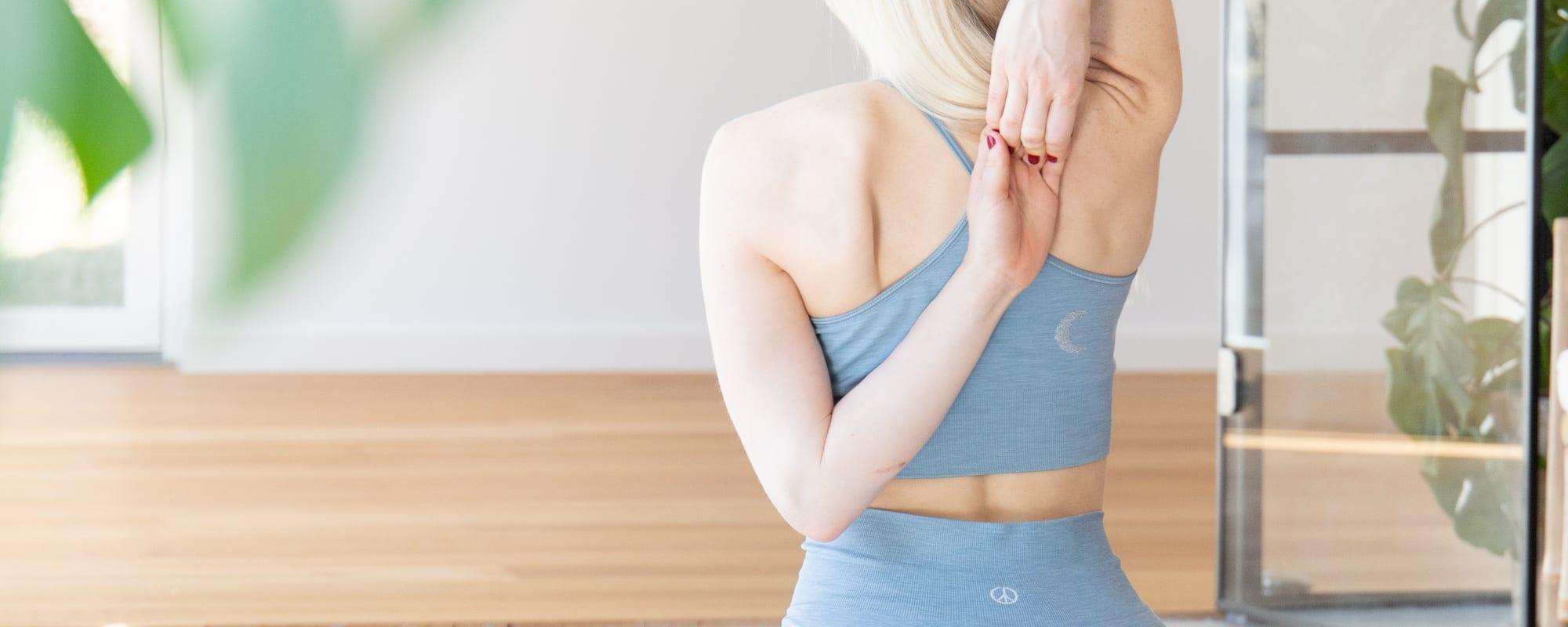 4 yogastillinger mod spændinger i skuldre og nakke