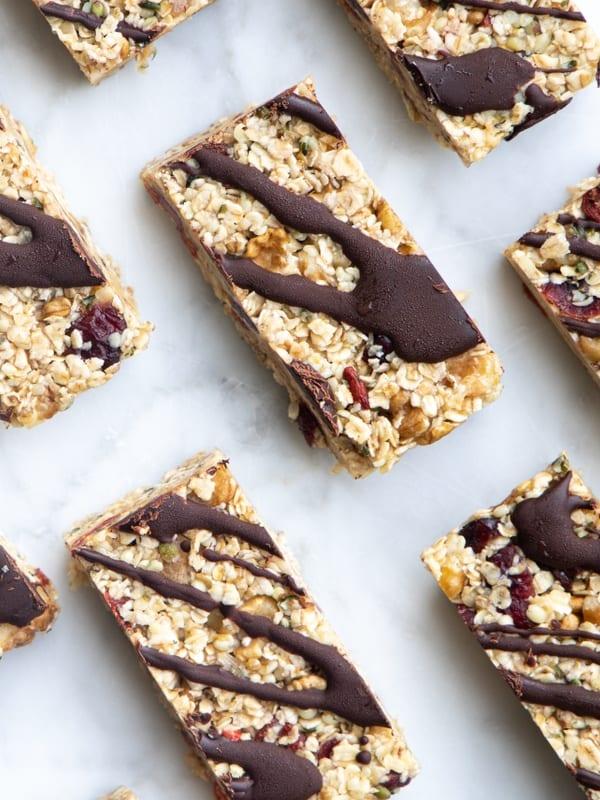 Veganske granolabarer med chokoladetopping