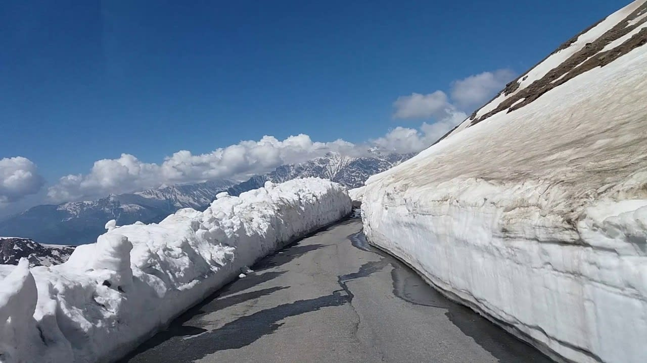Hire a car and driver in Manali