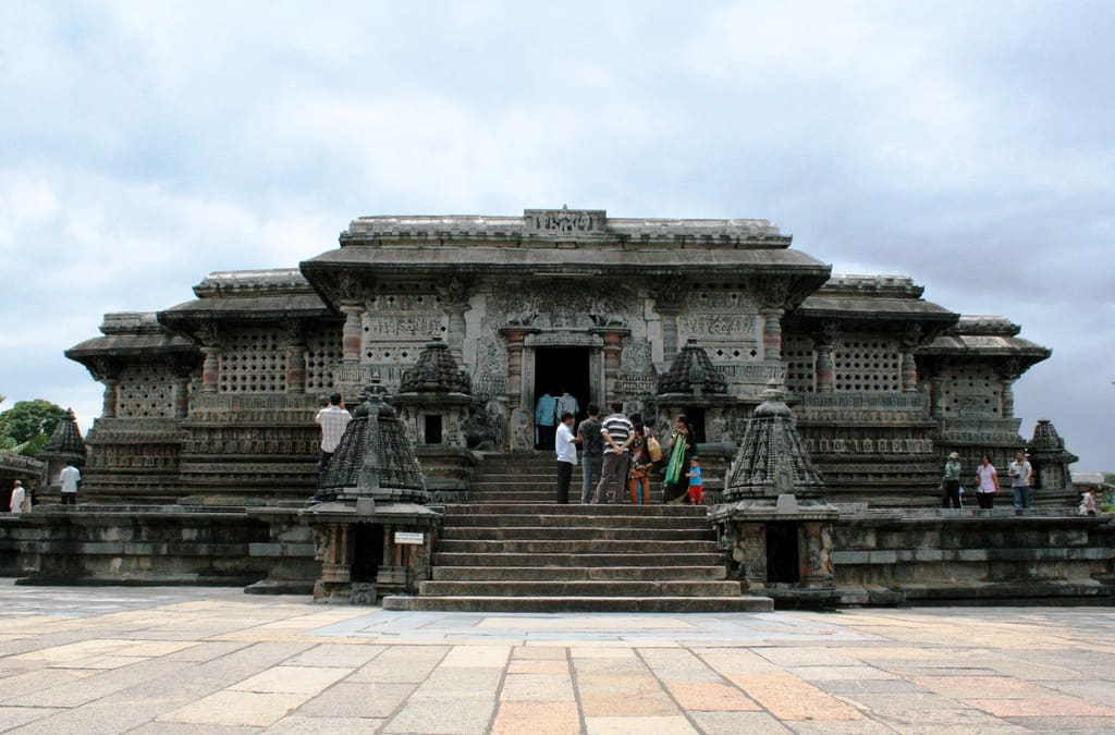 Hire a car and driver in Belur