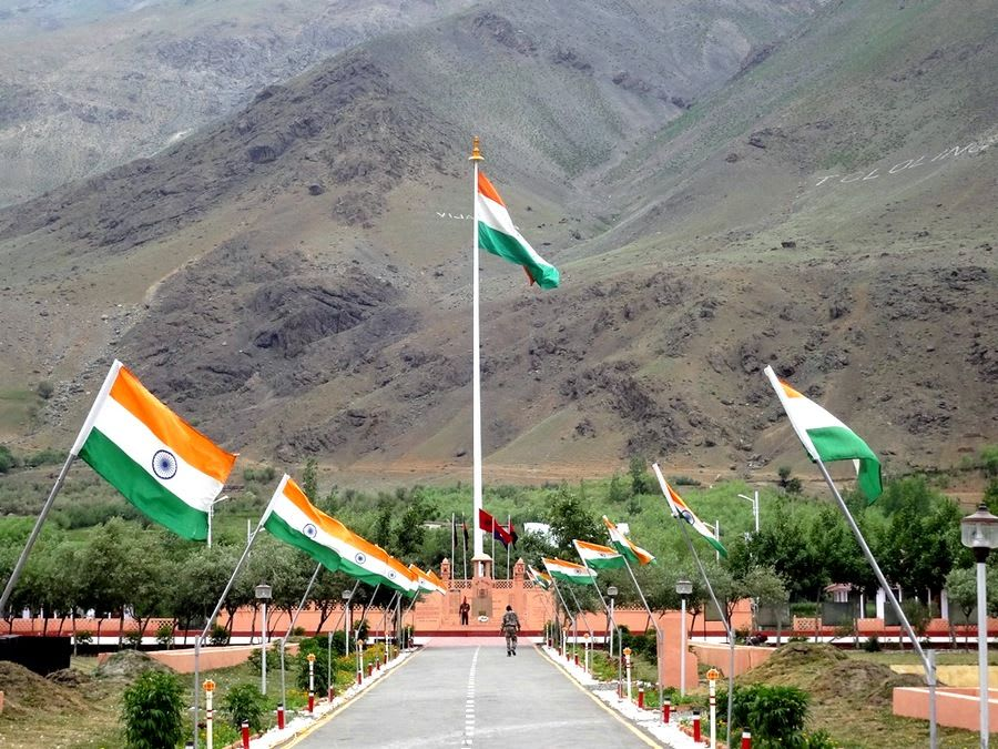 Hire a car and driver in Kargil