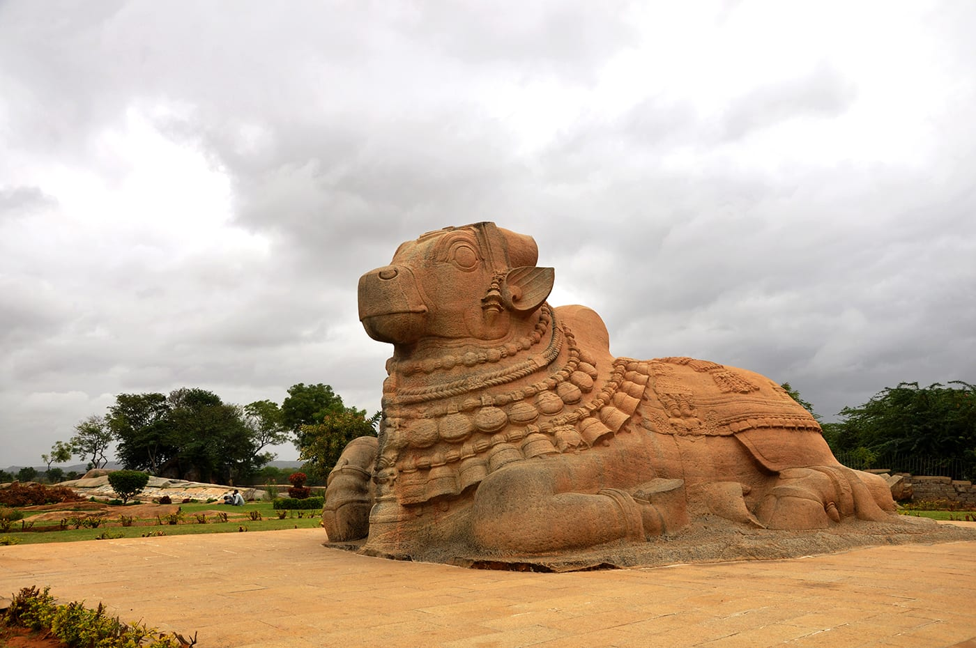 Hire a car and driver in Lepakshi