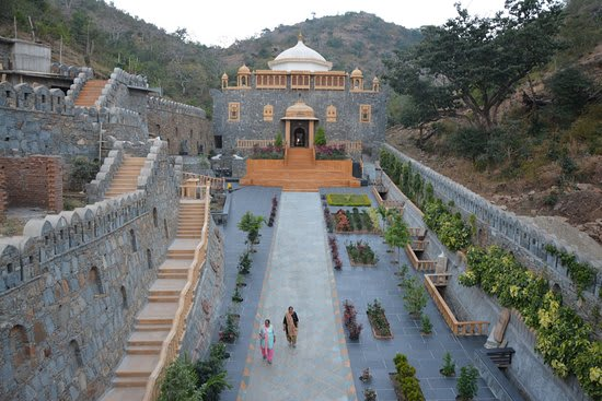 Hire a car and driver in Govardhan