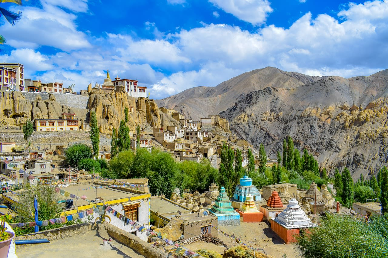 Hire a car and driver in Leh