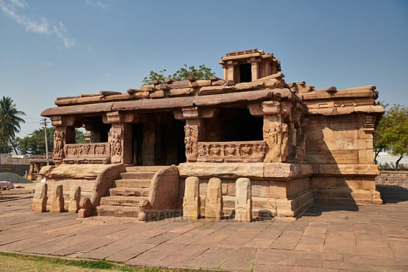 Hire a car and driver in Aihole