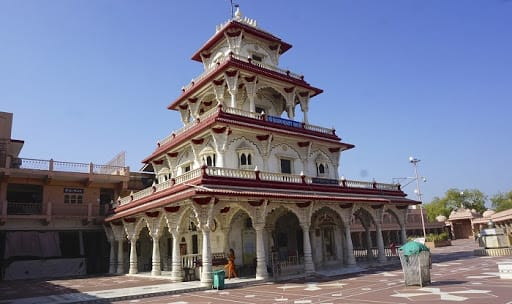 Hire a car and driver in Nadiad