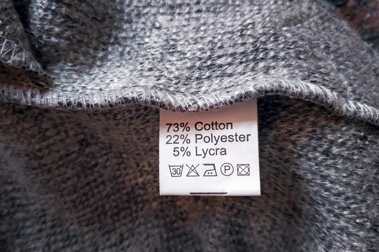 metka na ubraniu