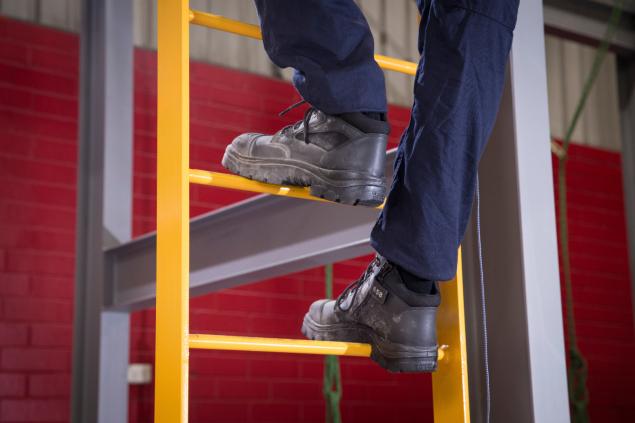 Parkes Black Mens Ladder Landscape2