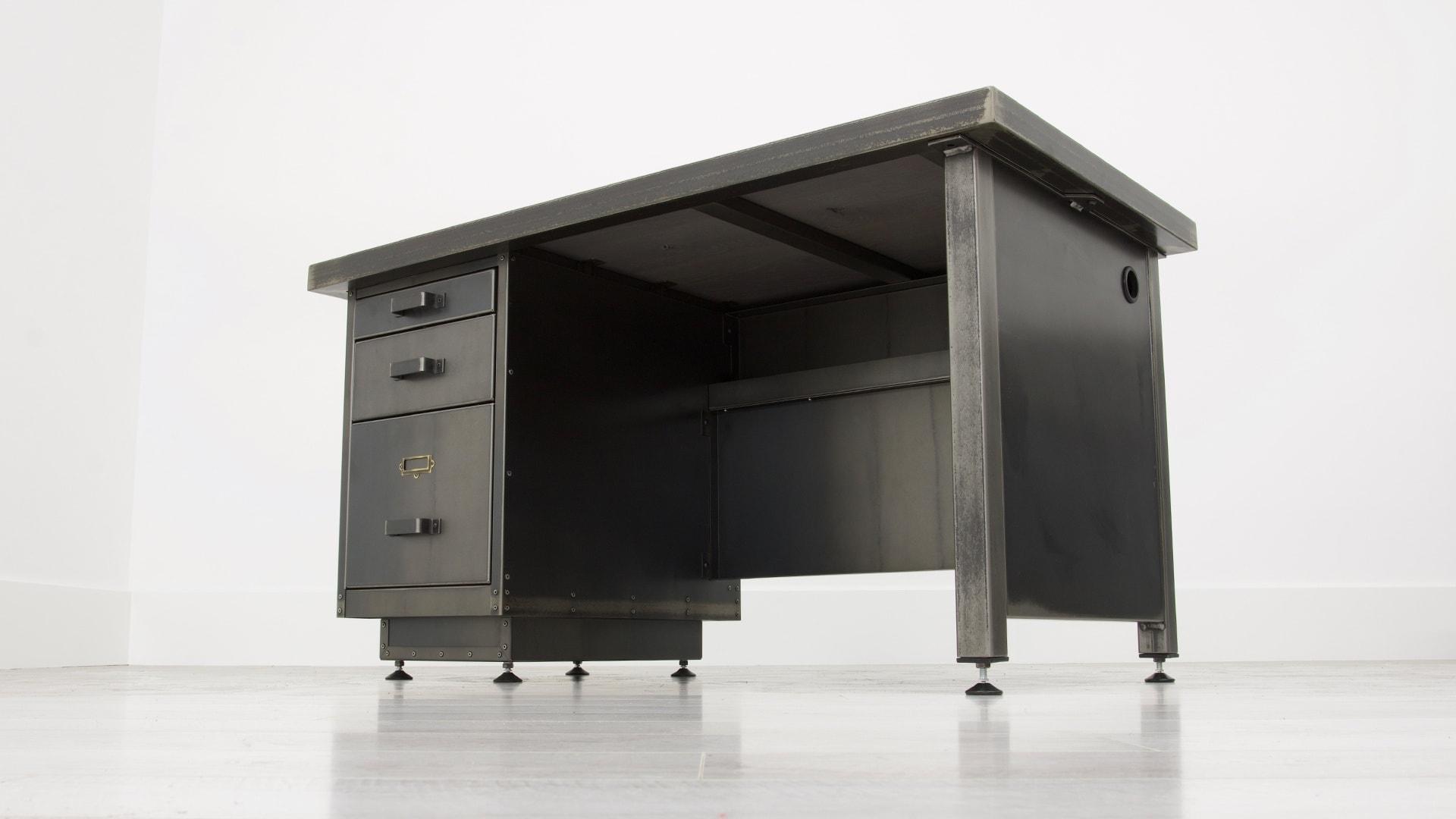 The Tanker Single Desk 001