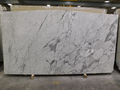 gray, white marble Satuario Arni