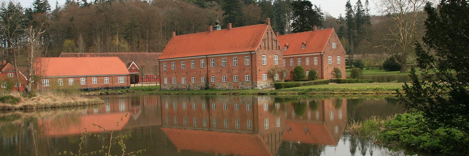 Tirsbæk Slot er en privat bolig der kan lejes til helt specielle arrangementer.<br><br>
