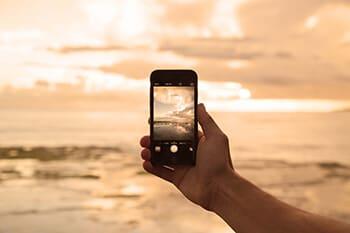 Stratégies_Holding-a-phone_altered