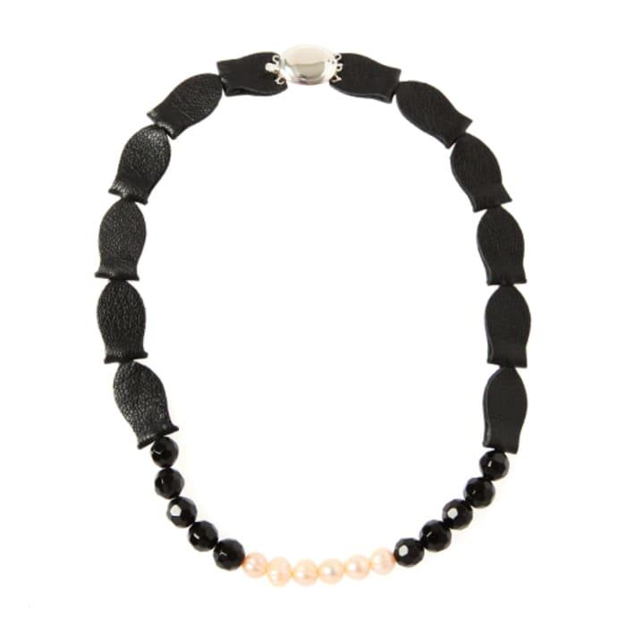 4fb3d8c40e51 Trouva  Collar de perlas y piedra de lava de cuero