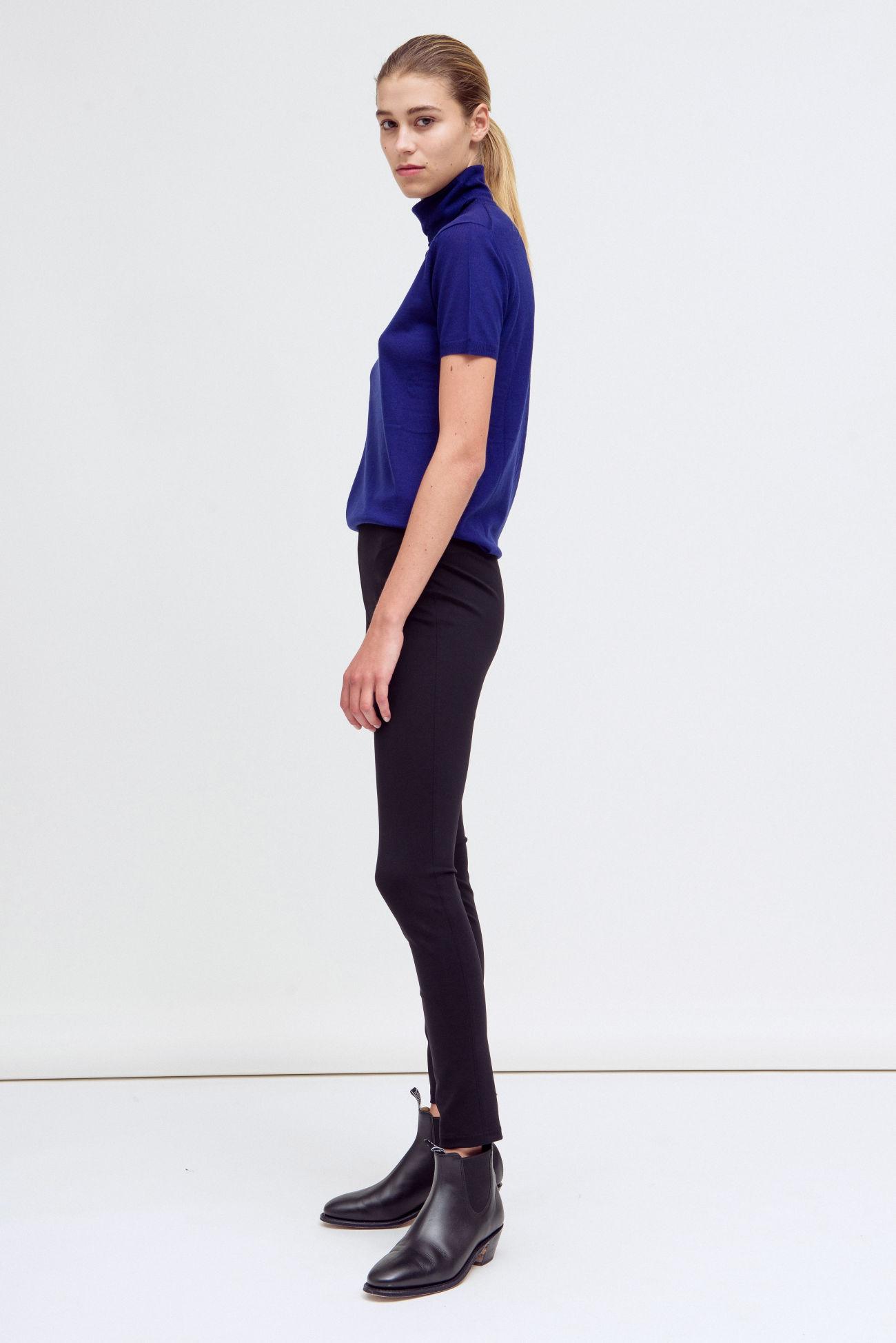 Figure-hugging trousers