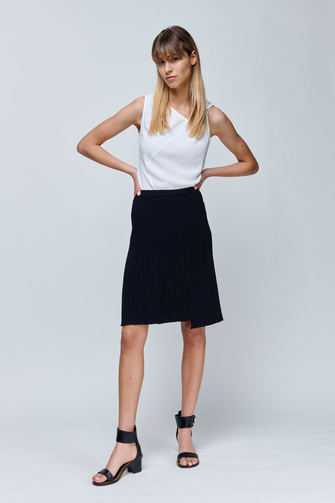 Elegant knitted skirt with a rib look