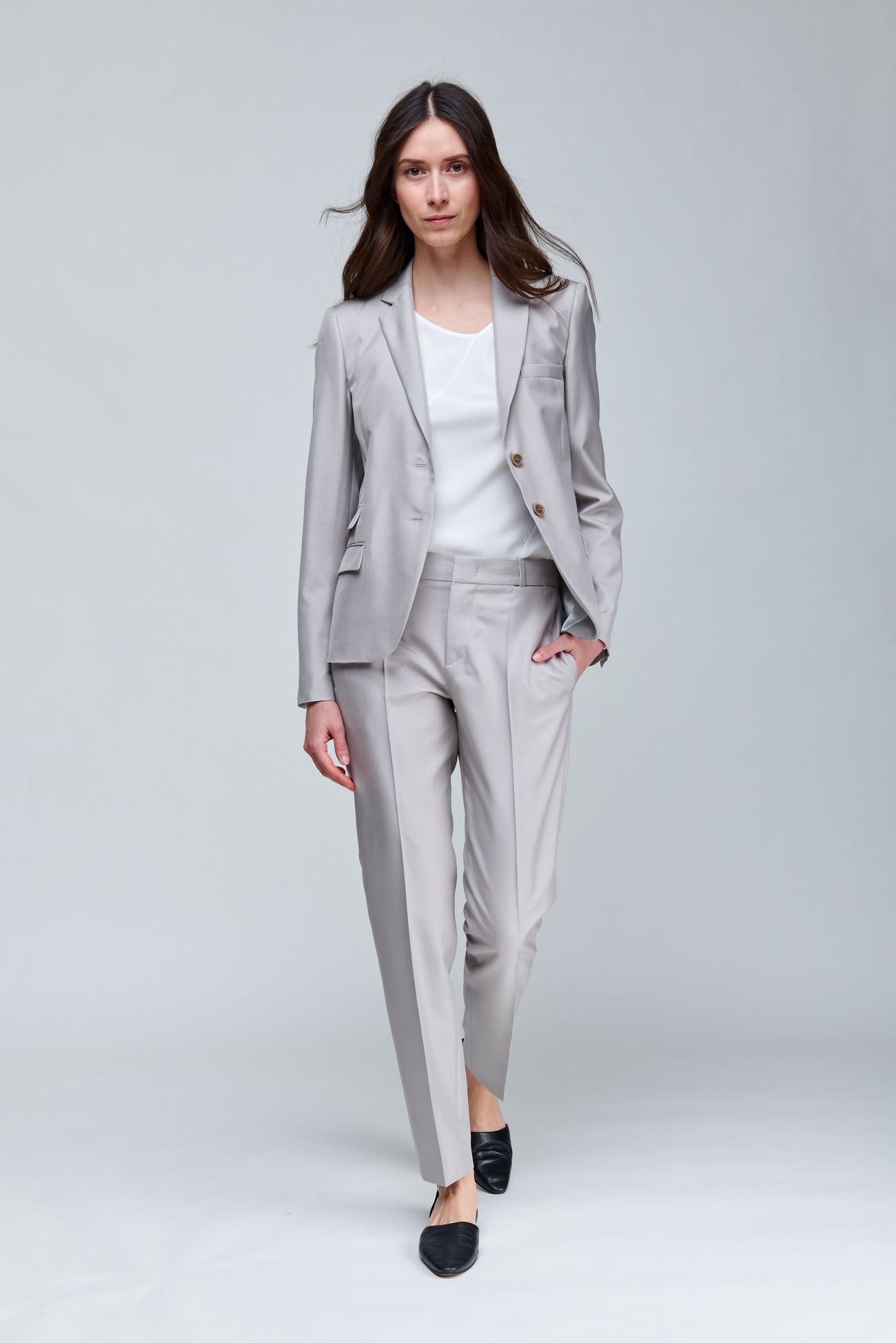 Slim trousers made of shantung silk