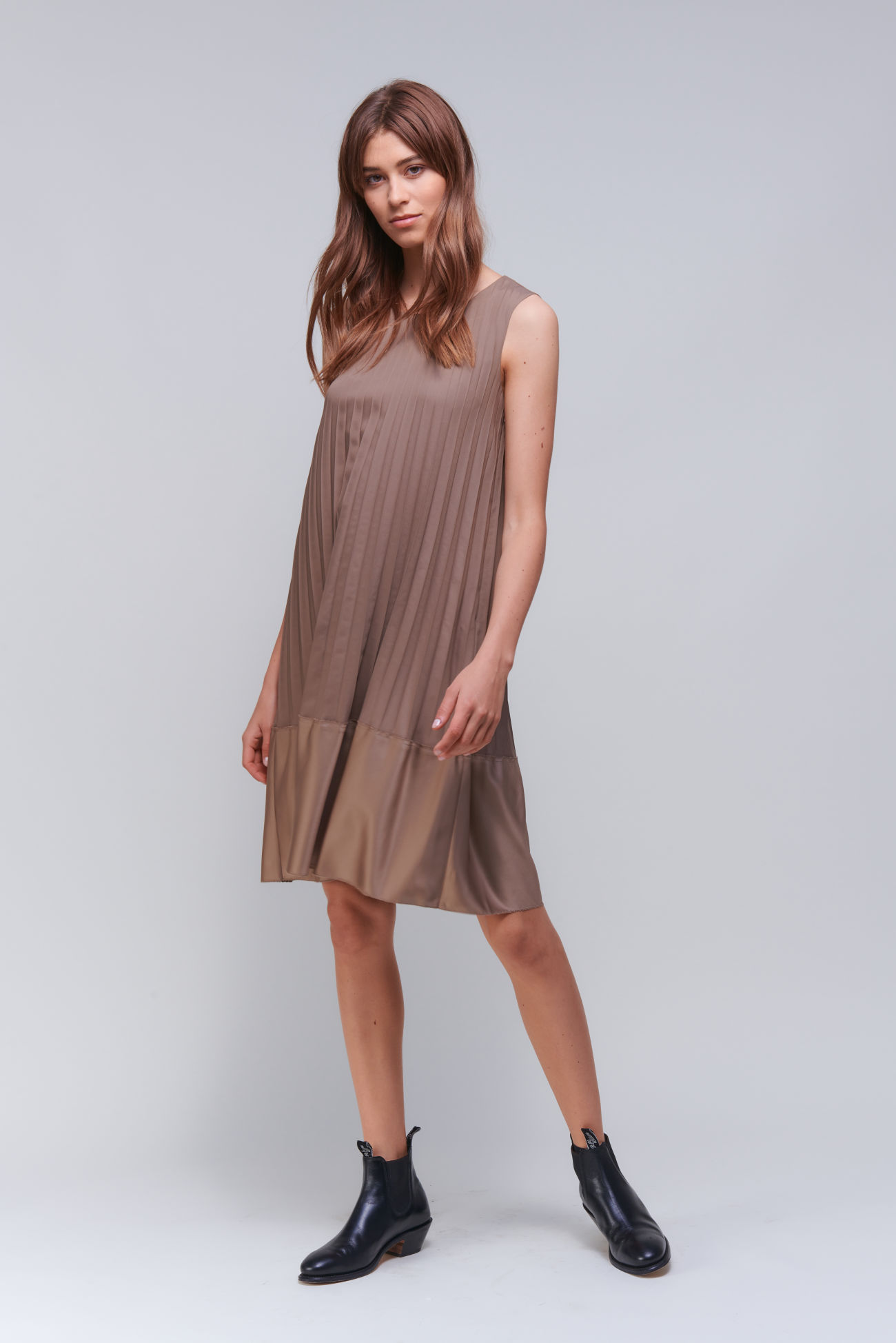 Sleeveless pleated dress in a matt / shiny mix