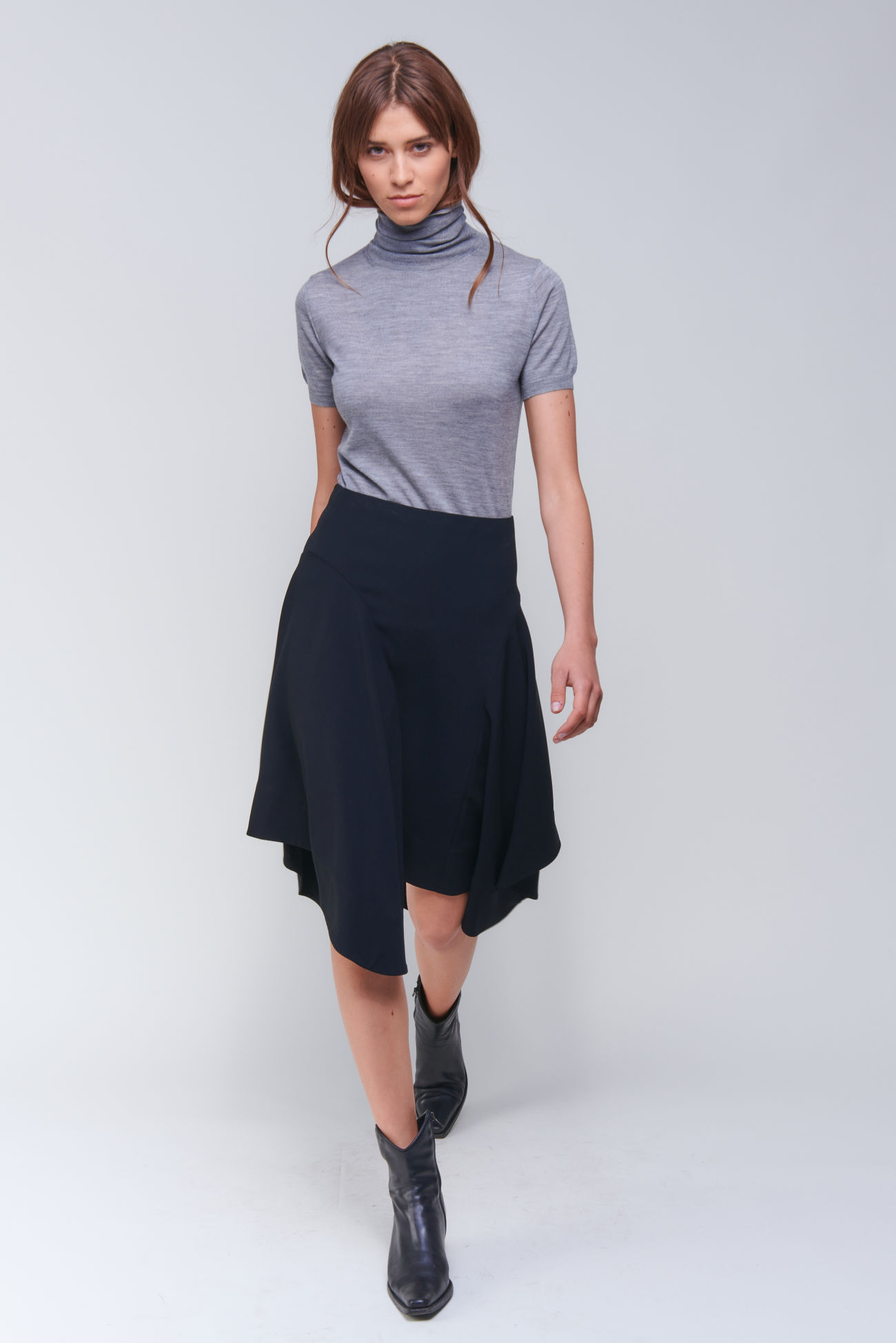 Asymmetrically swinging skirt in crêpe quality
