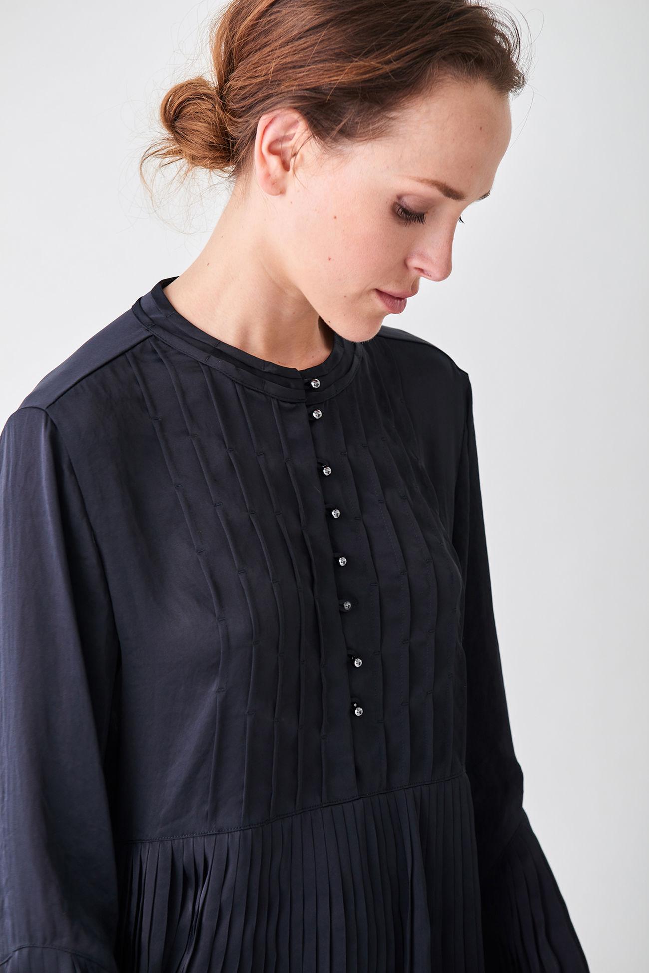Feminine loose fit pleated blouse