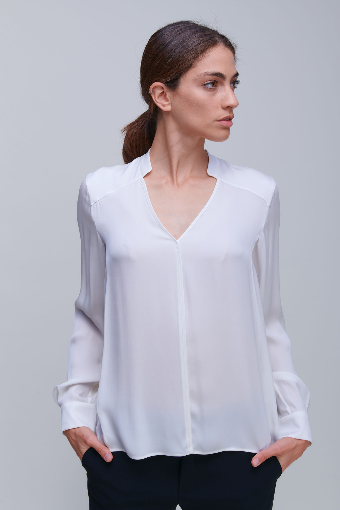 Decollete blouse in luxurious silk stretch