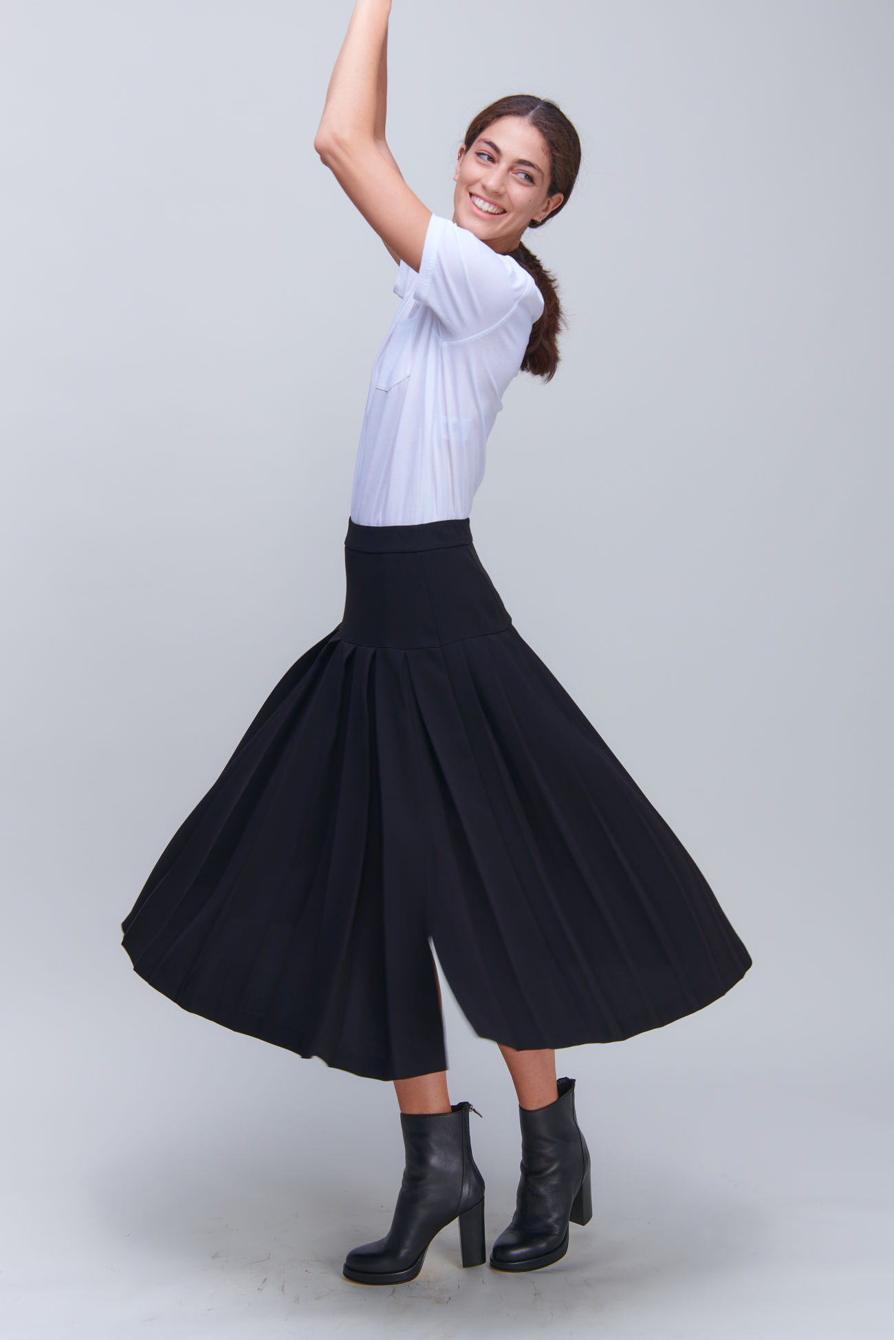 Fashionable pleated skirt in midi length made of crêpe