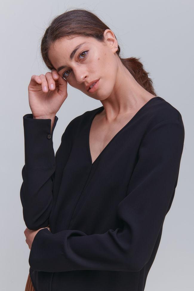 Feminine V-neck top in crêpe