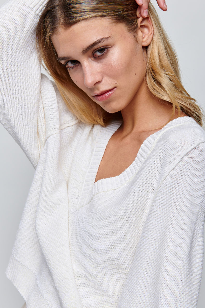 V-neck pullover in summery structured knit