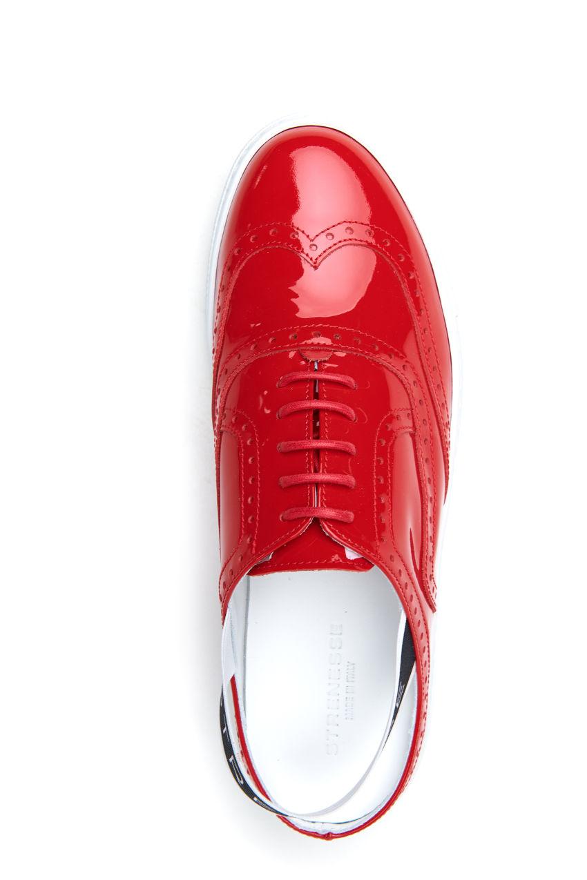 Sportlicher cut out Sneaker aus Lackleder