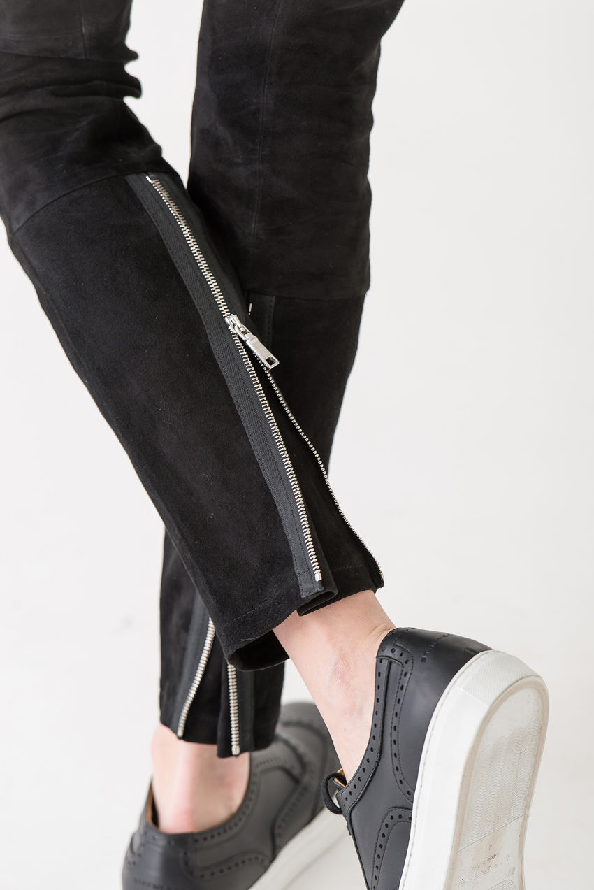 Feminine Hose aus weichem Velourleder