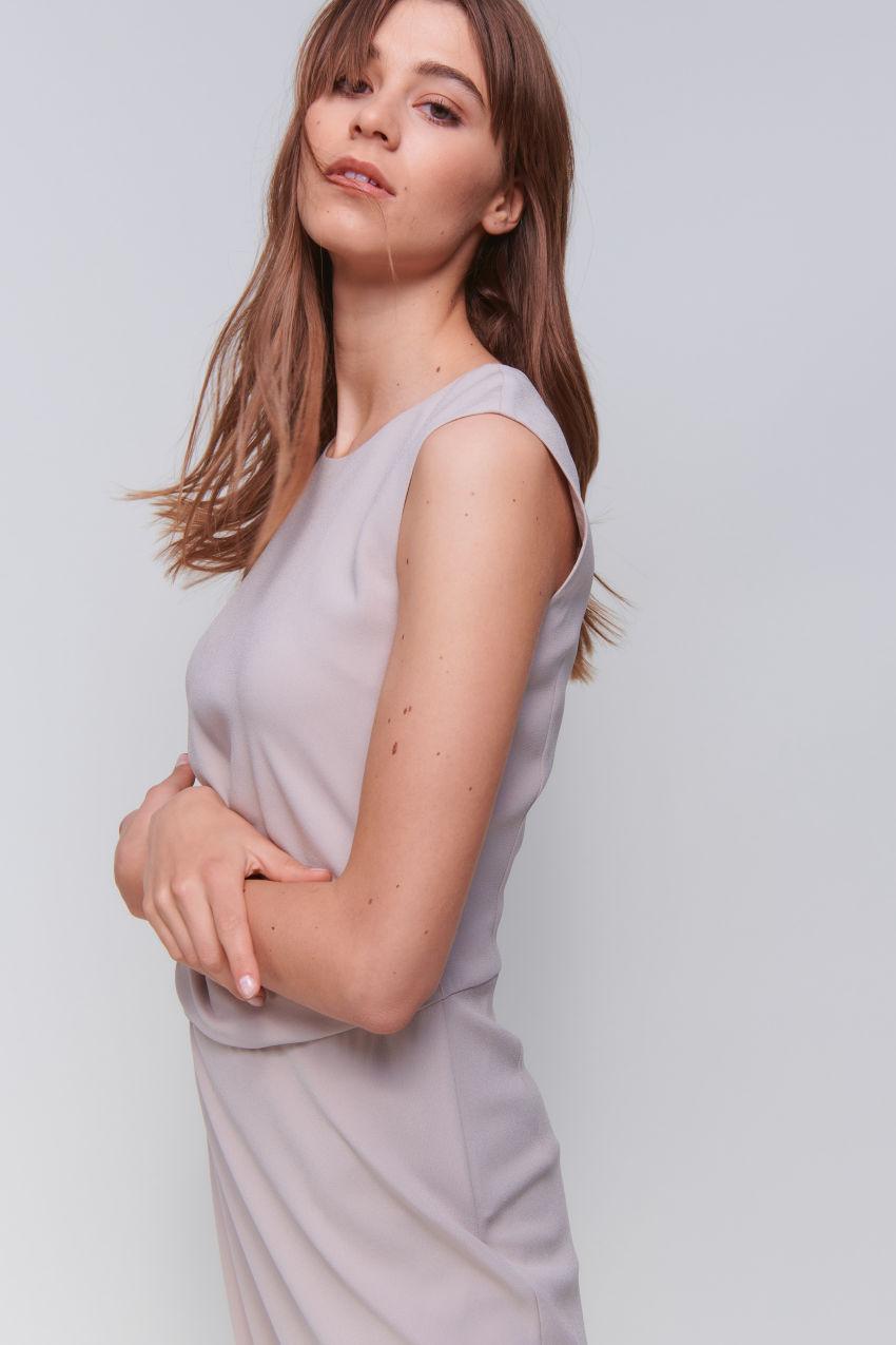 Ärmelloses Crêpe Kleid mit Drapé-Effekt