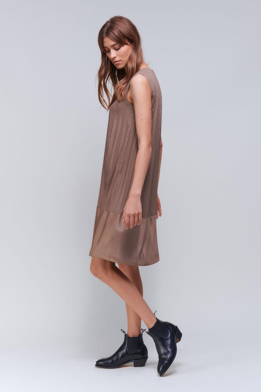 Ärmelloses Plisseekleid in einem Matt / Glanz Mix