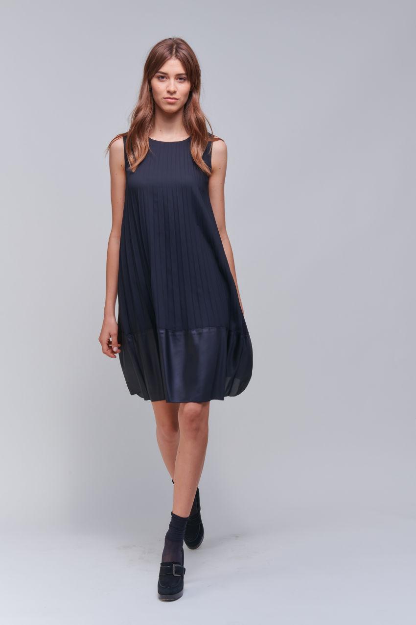 Sleeveless pleated dress in a matt / shiny mix