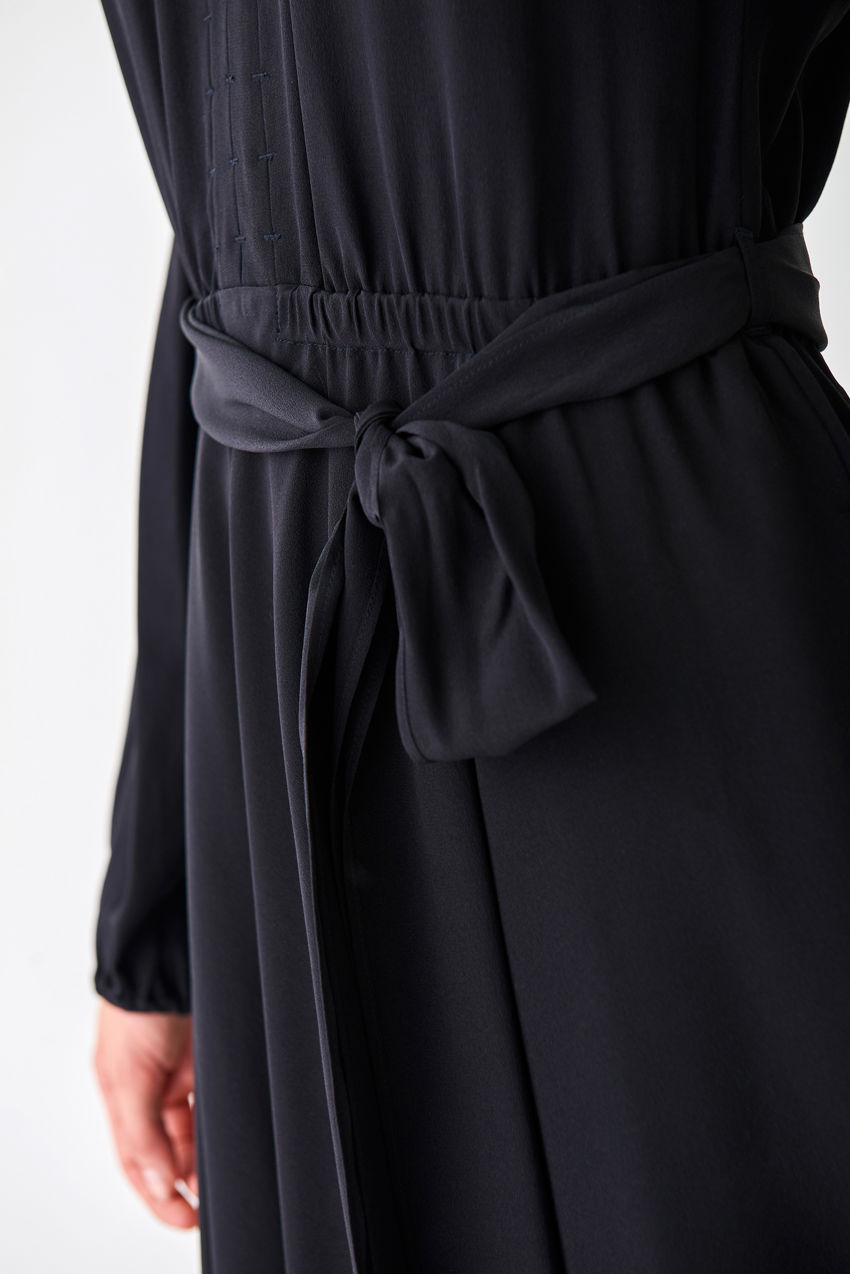 Fließendes Seidenkleid im Tunika-Stil