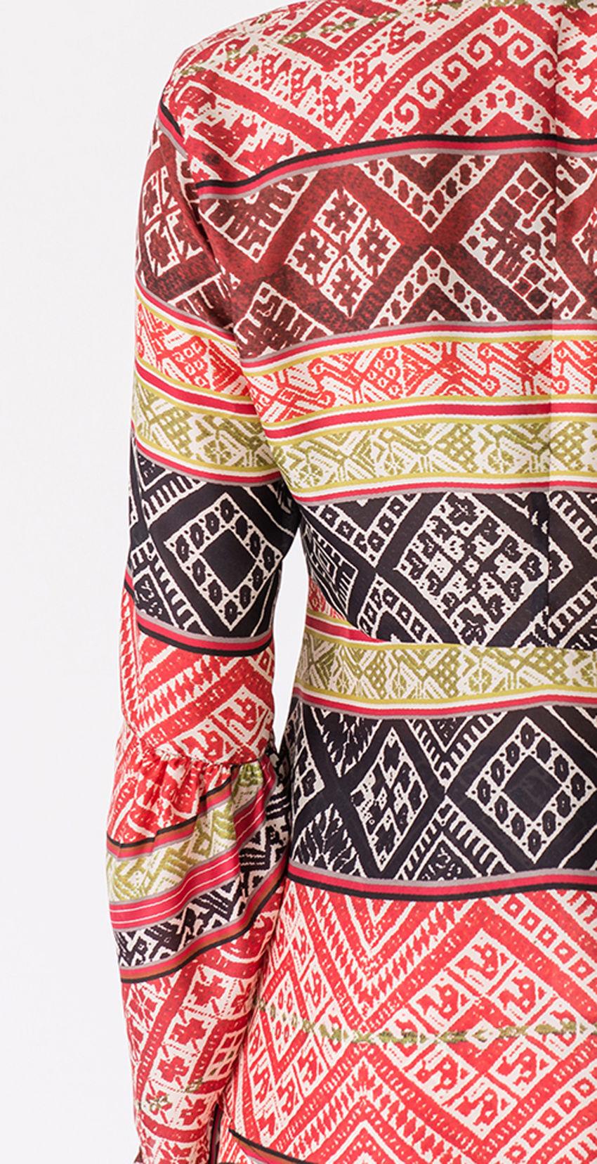 Feminine Seidenbluse mit Inka-Print