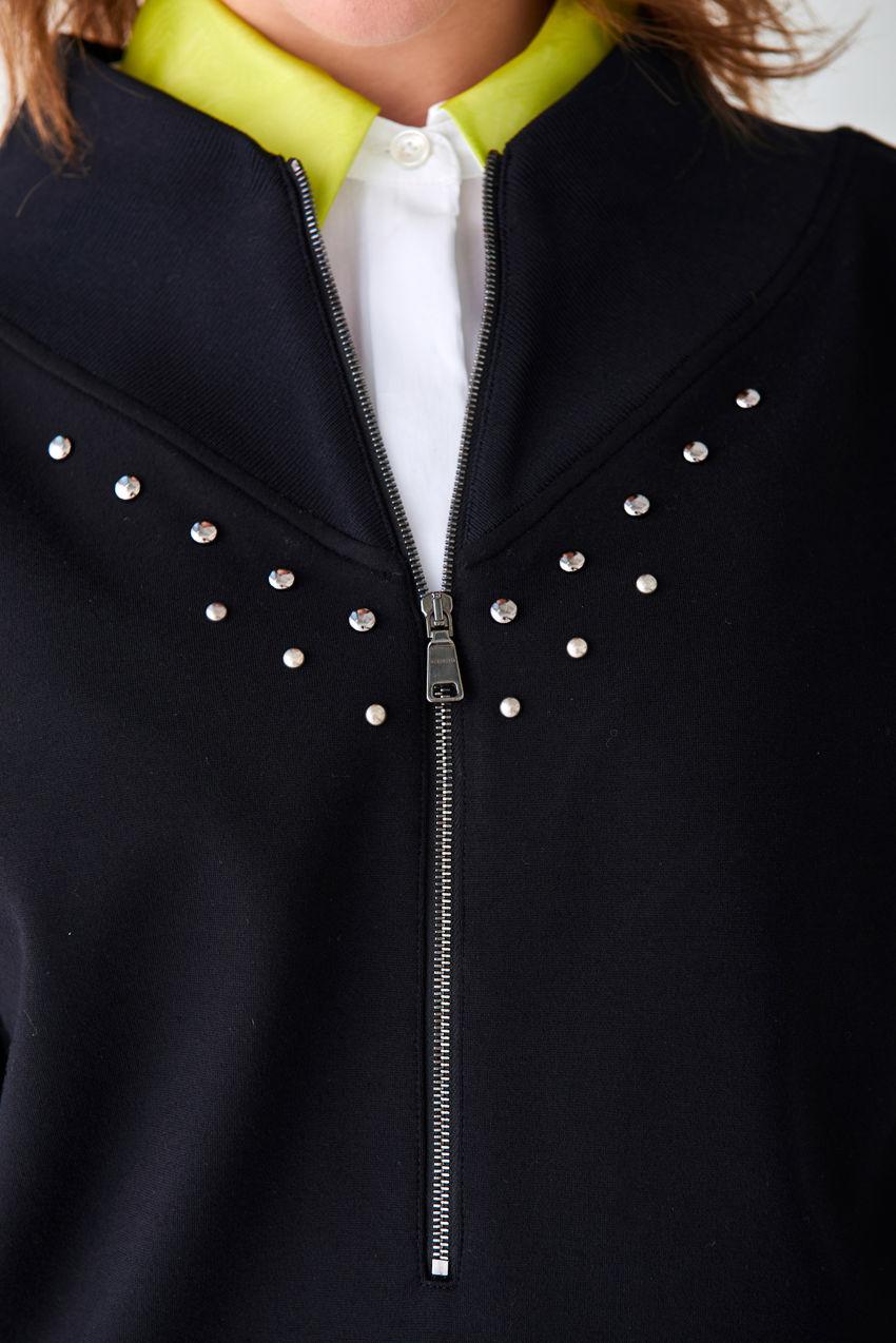 Avantgardistischer Sweater mit Nietenbesatz