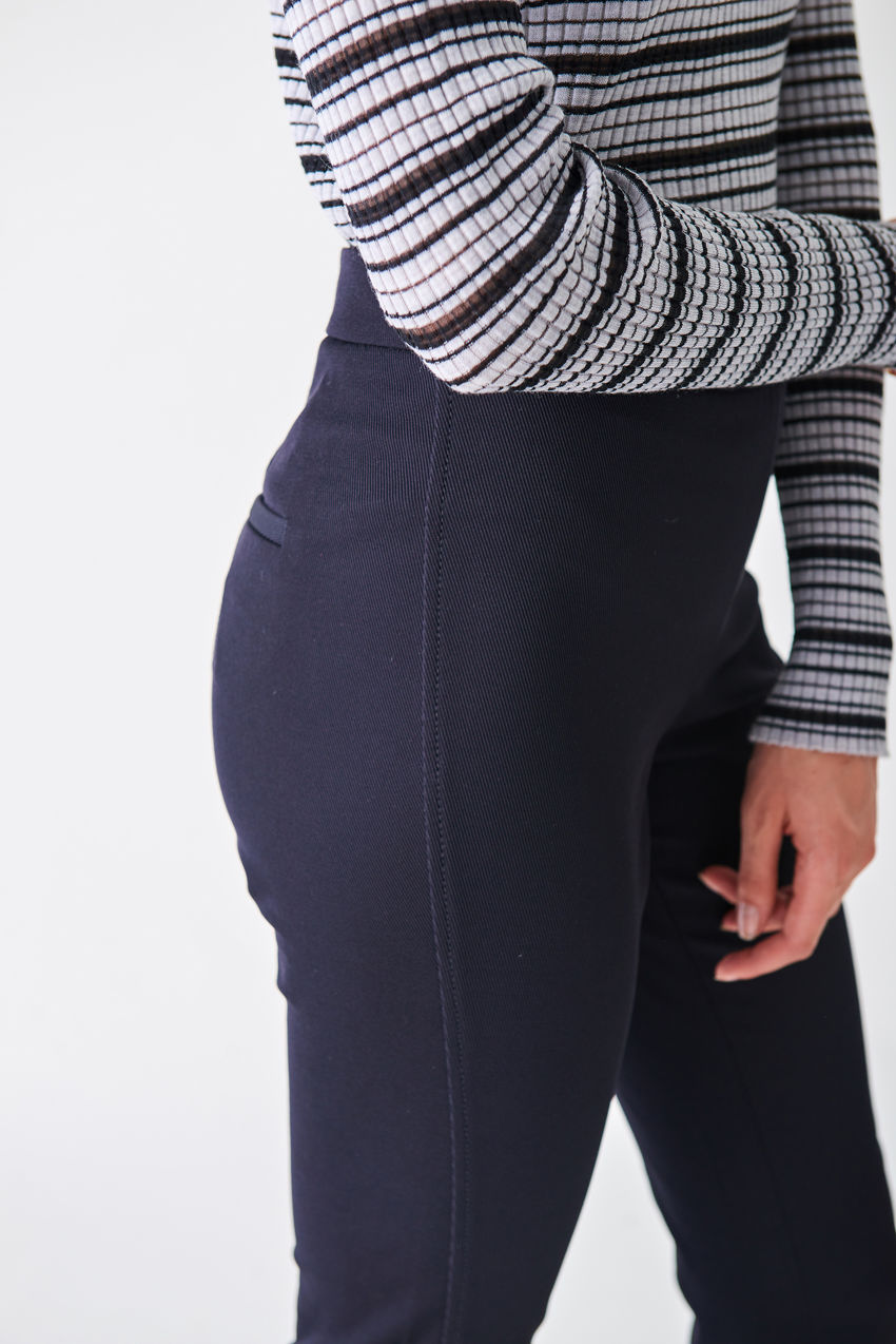 Schmale Hose aus geripptem Stretch- Twill