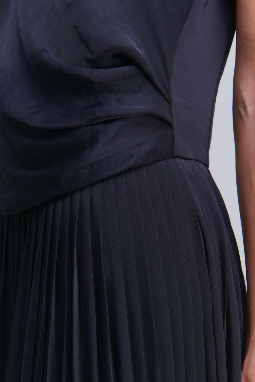 Seidig schimmerndes Kurzarm Kleid mit Drapé- und Plissee-Details