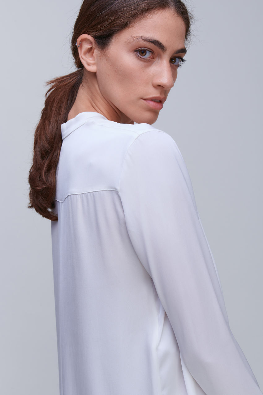 Dekolletierte Bluse aus luxuriösem Seiden Stretch