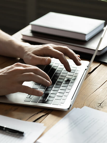 Hands_typing_on_computer