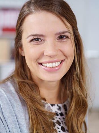 Junge Frau lächelt in Kamera