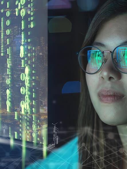 Frau blickt auf Bildschirm