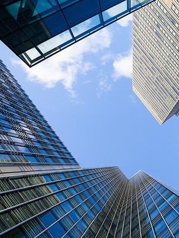 Hochhäuser von unten betrachtet