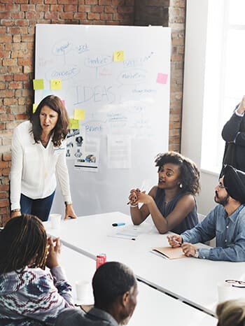 Metting_female_leader_organising_a_metting